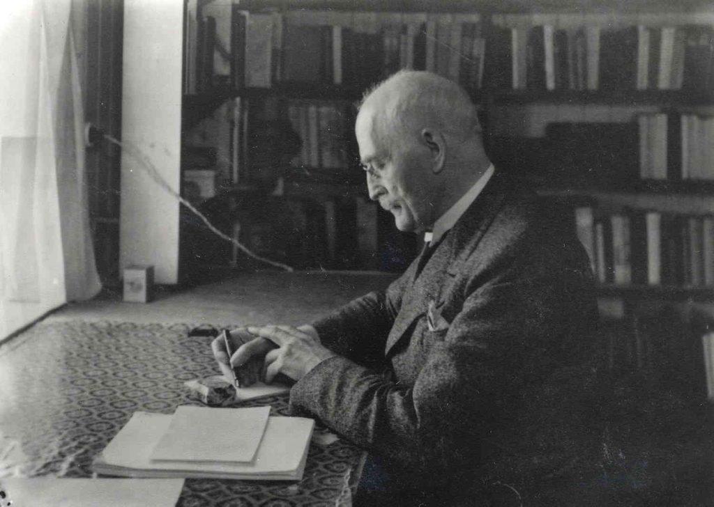 Knut Hamsun ved skrivebordet på Nørholm. Foto: Martha Myhrslo
