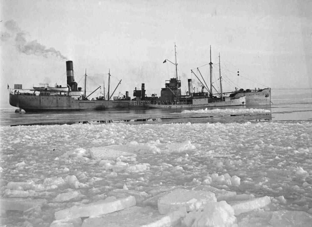 """Lasteskipet """"Abisko"""" fast i isen utenfor Fevik februar 1940. Foto: Leif Ødegaard"""