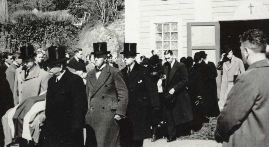Olav Slettens båre bæres ut av Barbu kapell 25. 04.1940