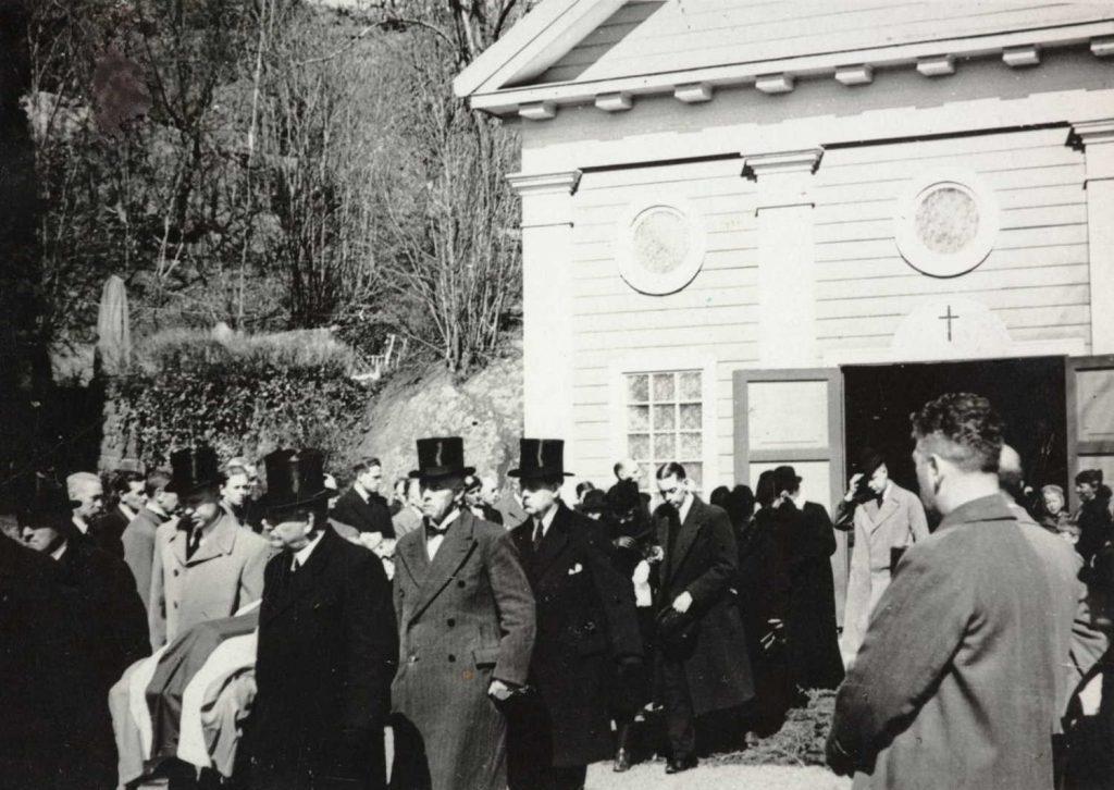 Olav Slettens båre bæres ut av Barbu kapell 25. april 1940