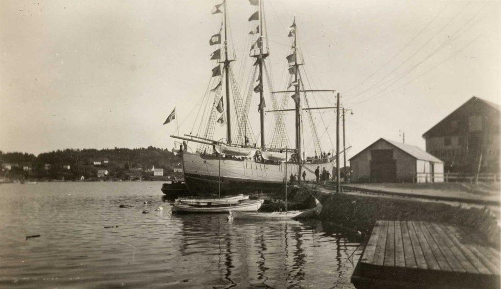 """Polarskuta """"Fram"""" besøker Grimstad 29.09.1930"""