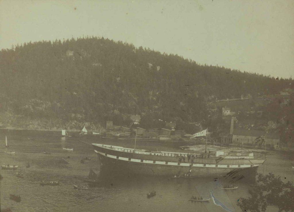"""Bark """"Melanesia"""" etter sjøsetting ved Gaardalen Verft i Arendal 1884"""