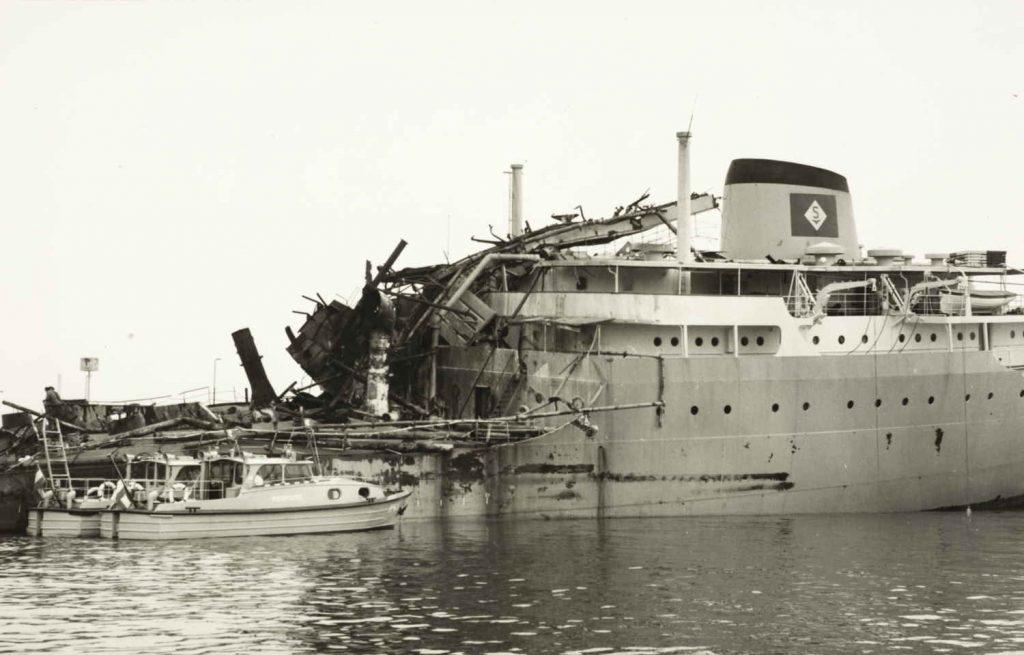 """Akterskipet på M/T """"Ronastar"""" etter eksplosjonen i 1965"""
