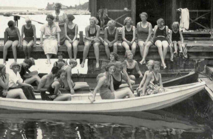 Jentene på brygga ved Sundet sommerleir