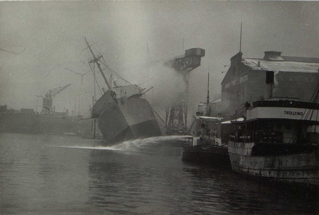 """M/S """"Bolivar"""" i brann ved Aker 23.02.1946"""